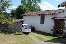 Gite 'Le Boulot' à Haute-Rivoire (Rhône - Monts du Lyonnais) : parking/entrée