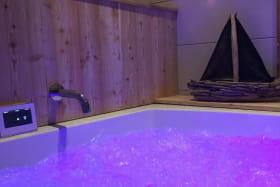 Instant zen dans la baignoire avec hydromassage et luminothérapie.