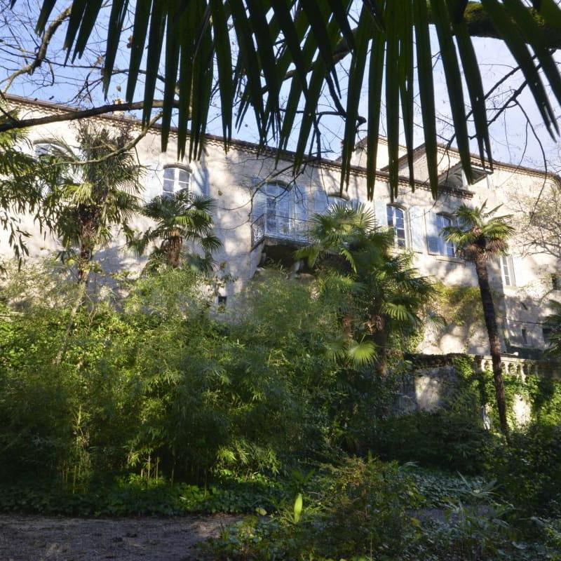 Le Château d'Uzer, la façade Est vue du parc, avec l'aile XIXème où se trouvent certaines chambres.