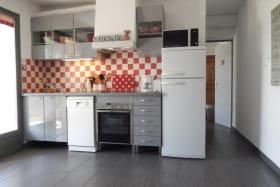 Côté cuisine, petit couloir et accès à la chambre