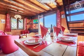 Séjour ouvert sur le balcon, d'un côté l'espace repas de l'autre, l'espace salon.