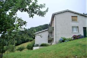 Gîte à l'étage de La Panoncelière à Rontalon dans les Coteaux du Lyonnais (Rhône): la maison comportant les deux gîtes.