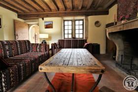Gîte du Domaine Claire RIVIER à REGNIE DURETTE, dans le Beaujolais - Rhône : Coin salon avec cheminée.