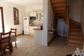 Gîte de la Petite Gallée à Millery (Rhône - Ouest Lyonnais) : pièce de jour, accès étage.