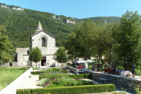 Un tout petit marché anime l'allée de l'abbaye cistercienne certains dimanches de l'été