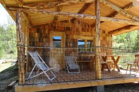 L'extérieur de la cabane des bois et sa terrasse privative