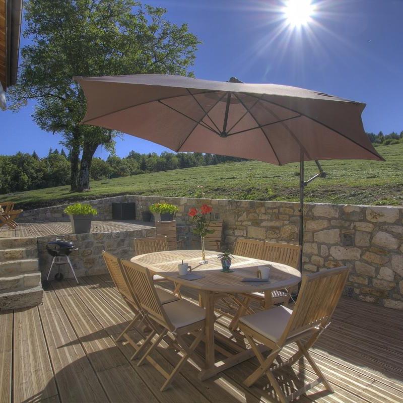 La terrasse (100m²) exposée plein sud, pour profiter du calme des lieux.
