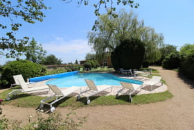 Gîte 'Le Campagnard' à Denicé (Rhône - Beaujolais vignobles) : la piscine.