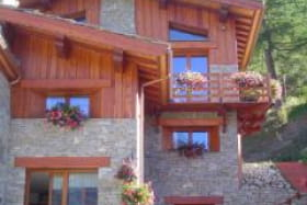 Le chalet avec le balcon du gîte