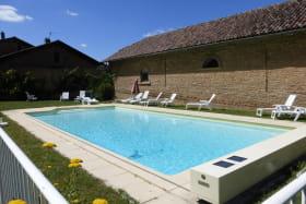 Gîte 'St Joseph' au Château du Jonchy à St Julien (Rhône-Beaujolais) : la piscine commune à disposition des hôtes.