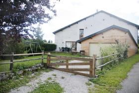 Espace fermé avec balançoire, terrasse extérieure privative.