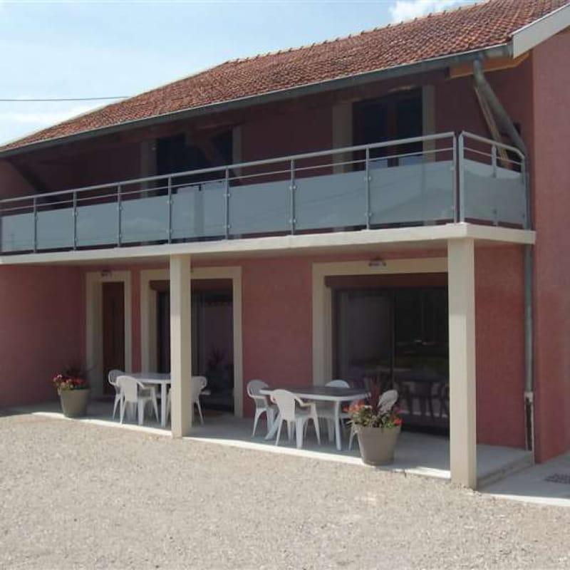 cour - terrasse avec deux salons de jardin