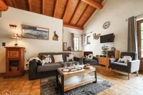 Espace salon cosy et confortable, et ouvert sur la cusine et le séjour.
