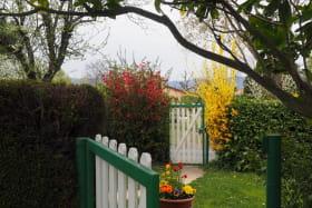 Gîte 'La Grange des Vignes Rouges' à Brindas (Rhône - Ouest Lyonnais) : le portillon d'accès aux deux gîtes.