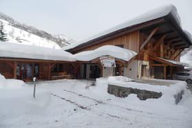 Magasin et espace culturel sous la neige