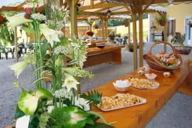 Terrasse avec buffet en été