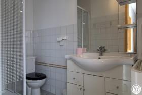 Salle d'eau avec cabine de douche, Wc, lavabo et machine à laver