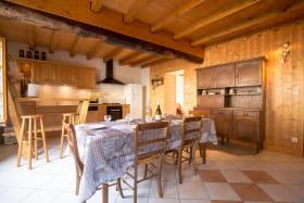 grande pièce a vivre avec cuisine intégrée
