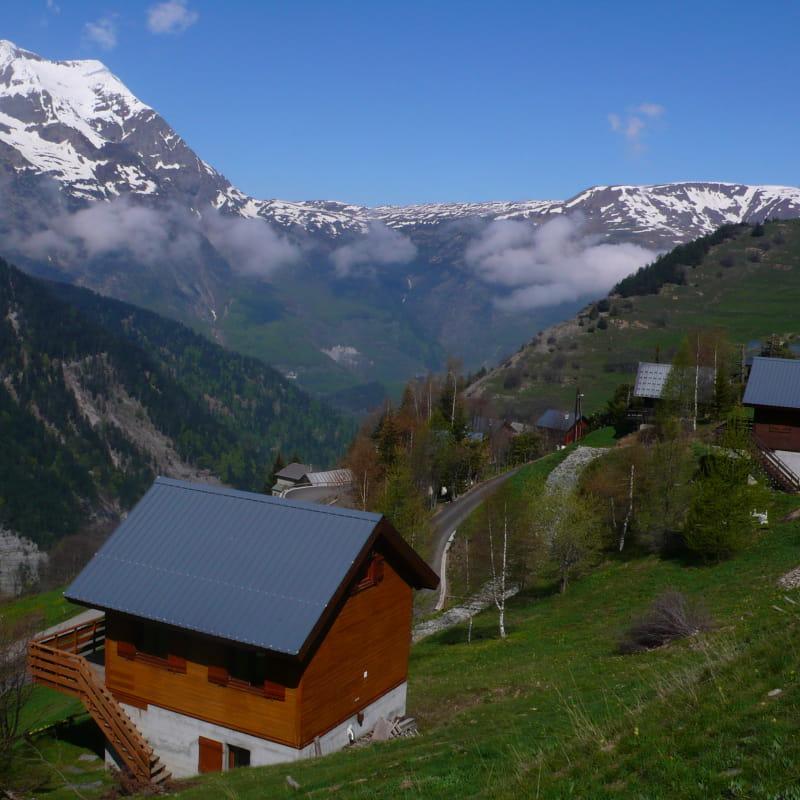 Le chalet au 1er plan - vue sur le massif du Taillefer
