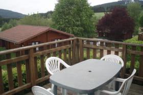 Chalet-Gîte du Plan d'eau d'Azole (Gîte N° 5) à Propières (Rhône - Beaujolais Vert) : la terrasse et sa vue.