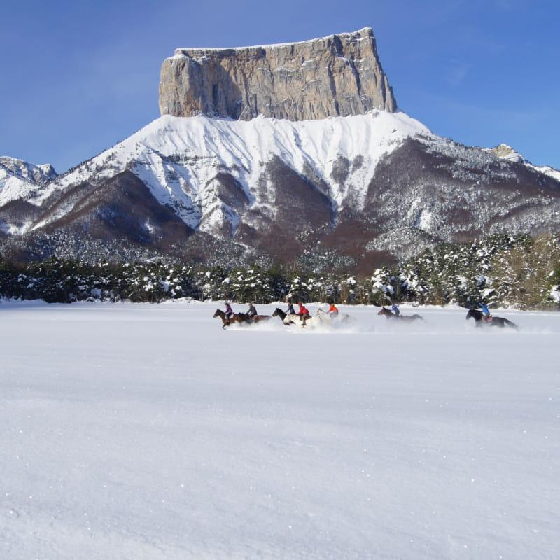 Randonnée à cheval dans la neige à la ferme équestre des quatre chemins