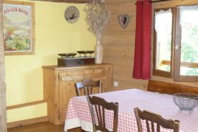 Location maison dans les Bauges - pièce à vivre repas