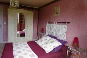 Chambre Eglantine, composée de 3 couchages avec rangements.
