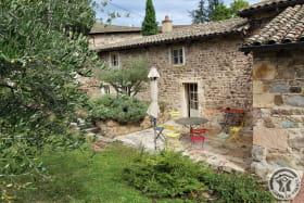 Gîte du Domaine Claire RIVIER à REGNIE DURETTE, dans le Beaujolais - Rhône : terrasse côté jardin.