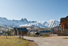 Le chalet et son environnement, avec une très belle vue dégagée sur les montagnes, les Aiguilles d'Arves, le Mont Emy et les pistes sur la gauche