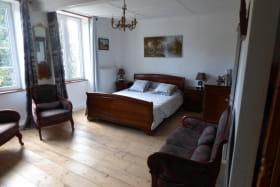 Grande chambre lumineuse composée d'un lit 160 et deux lits superposés. Un coin salon intégré et privatif à la chambre.