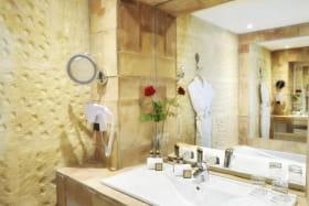 Salle de bain et chambre grand confort - Hôtel Le Clair de la Plume