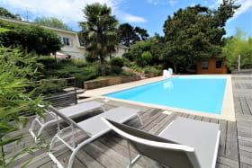 Maison de vacances / meublé City Break 'La Souveraine' à Saint-Genis-Laval (Rhône - banlieue Sud de Lyon) : la grande piscine commune.