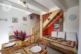 Pièce à vivre avec cuisine et espace repas.