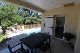 Terrasse couverte et piscine privée