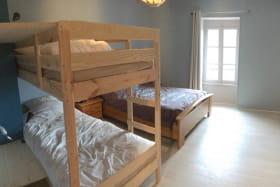 Chambre avec grand lit et lit superposé