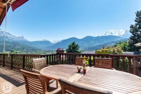 Le Mont-Blanc depuis la terrasse. Grande table en teck avec 10 fauteuils.
