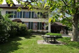Ancienne Mairie-Ecole de Chélieu, notre propriété est un gîte depuis 1994.