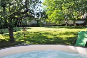 Gîte 'Le Petit Colombier' à Chambost-Longessaigne (Rhône - Monts du Lyonnais - Sud de Tarare)  : le spa avec vue sur le jardin.