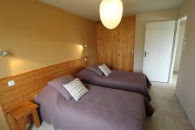 Ecogîte des Buis du Chardonnet - 8 personnes - à Cogny (Rhône - Beaujolais - proche Villefranche-sur-Saône) : chambre à l'étage.