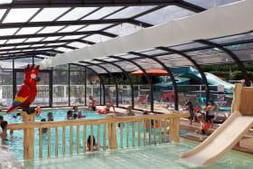 piscine couverte avec perroquet