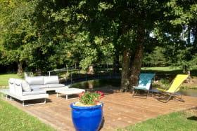Notre belle terrasse au bord de l'eau vous tend les bras
