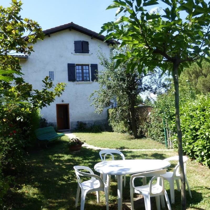 Gîte 'La Grange des Vignes Rouges' à Brindas (Rhône - Ouest Lyonnais) : la maison comportant 2 gîtes avec entrée commune