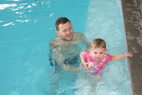 Photo créneau piscine parents-enfants