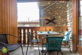 Balcon abrité avec salon de jardin