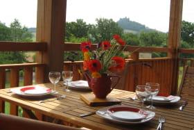 Terrasse avec vue sur le château de Mauzun