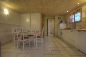 Belle cuisine intégrée et ouverte sur le séjour et son salon.