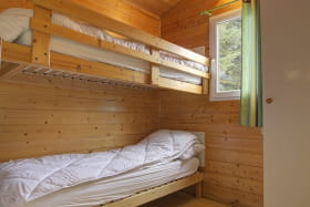 Chambre composée de deux lits simples en superposés