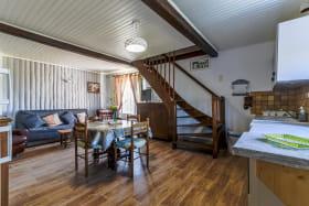 Gîte 'La Grange des Vignes Rouges' à Brindas (Rhône - Ouest Lyonnais) : séjour, espace repas, accès aux chambres.