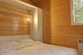 une chambre avec un lit double.