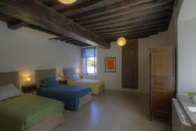 Chambre avec 3 lits simples.